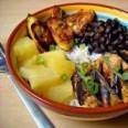 Традиционная кухня Кубы. Курица с рисом и бобами.